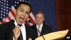 César Vargas llegó a EE.UU. de México a la edad de cinco años. Es graduado en leyes con honores y su sueño es servir a la Marina.