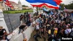 태국 반정부 시위대가 17일 방콕 정부 청사 주변에 시멘트로 벽을 쌓고 있다.