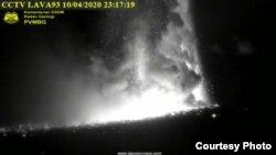Gunung Anak Krakatau saat erupsi hari Jumat malam (10/4) (Courtesy : Magma Indonesia-Kementerian ESDM).