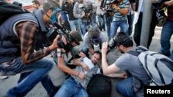 5月一日在伊斯坦布爾一名記者採訪警民暴亂時受傷