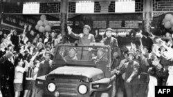 毛泽东(1893-1976)和林彪(1907-1971)1967年5月1日在敞篷吉普车上向在北京天安门广场庆祝五一节的群众挥手致意。