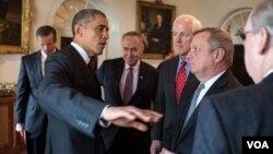 El presidente conversa con congresistas en una reunión en la Casa Blanca.