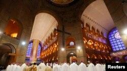 教宗方济各在阿帕雷西达圣母圣殿全国朝圣堂主持弥撒。2013年7月24日