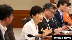 박근혜 한국 대통령(왼쪽 2번째)이 4일 청와대에서 열린 국무회의에서 발언하고 있다.