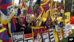 Người biểu tình chống Trung Quốc tụ tập bên ngoài Quốc hội Úc ở Canberra hôm 23/3/2017 trước chuyến thăm của Thủ tướng Trung Quốc Lý Khắc Cường. Úc đã ra lệnh cấm người nước ngoài thực tập tại Quốc hội nhằm ngăn chặn sự can thiệp của Trung Quốc vào nội bộ nước này.