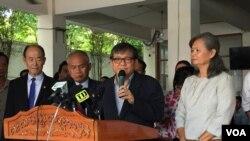 Son Chhay, anggota parlemen Partai Penyelamat Nasional Kamboja (CNRP), memberikan keterangan dalam konferensi pers terkait situasi politik di Kamboja, di kantor pusat CNRP, Phnom Penh, Kamboja, 12 September 2017. (Kann Vicheika / VOA Khmer)