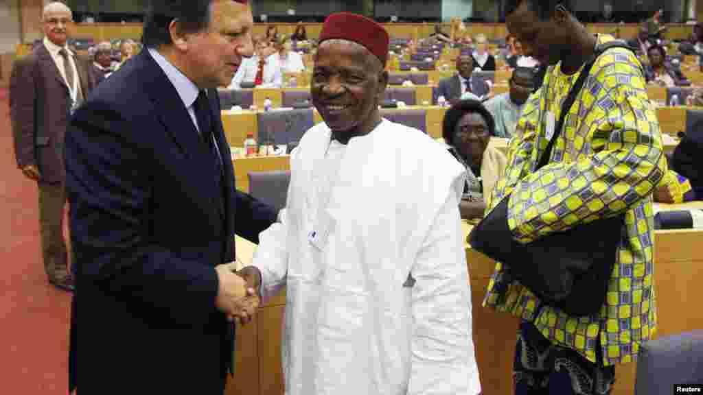 Le président de la Commission européenne, José Manuel Barroso et le photographe Malick Sidibé au Parlement européen à Bruxelles, 11 Septembre 2008.