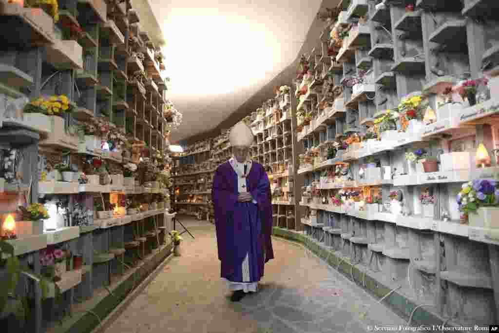 Papa Francis Prima Porta Mezarlığı'nda yürürken