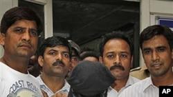 29일 조사를 받고 나오는 뭄바이 테러 용의자 세이드 자비우딘(가운데).