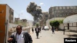 ປະຊາຊົນພາກັນຫຼົບໜີ ຂະນະທີ່ຄວັນໄຟກຸ້ມຂຶ້ນ ຫຼັງຈາກ ການໂຈມຕີທາງອາກາດ ຖືກເຮືອນຂອງອະດີດ ປະທານາທິບໍດີ Ali Abdullah Saleh ທີ່ນະຄອນຫຼວງ Sana'a, ວັນທີ 10 ພຶດສະພາ 2015.