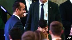 ادریس کوچک حین عکس گرفتن با صدراعظم آلمان، اشک های اش را پاک می کرد