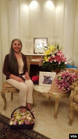 عکسی از خانم ثابت بعد از آزادی خانه.