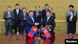 28일 평양에서 몽골과 북한이 협력관계 교류계획에 합의했다. 차이야 엘벡도르지 몽골 대통령(왼쪽 세번째)과 김영남 북한 최고 인민회의 상임위원장(왼쪽 네번째)이 악수하고 있는 양국 대표 뒤로 서 있다.