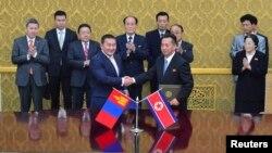 지난 2013년 평양에서 북한과 몽골 대표가 협력관계 교류계획에 합의한 후 악수하고 있다. 그 뒤로 차이야 엘벡도르지 몽골 대통령(왼쪽 세번째)과 김영남 북한 최고 인민회의 상임위원장(왼쪽 네번째)이 서 있다. (자료사진)