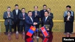 지난해 10월 평양에서 몽골과 북한 대표가 협력관계 교류계획에 합의했다. 그 뒤로 차이야 엘벡도르지 몽골 대통령(왼쪽 세번째)과 김영남 북한 최고 인민회의 상임위원장(왼쪽 네번째)이 서 있다.