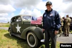 参加过二战的美国退伍军人,93岁的哈姆林和诺曼底海岸上的军车合影