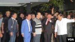 Samadikun Hartono buron kasus korupsi BLBI (berkaos kerah putih garis hitam) tiba di bandara Halim Perdanakusuma Jakarta Kamis 21 April 2016.(VOA/Andylala)