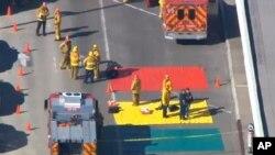 1일 미국 로스앤젤레스 국제공항에서 발생한 총격 사건 현장에 구급 요원들이 출동해있다.