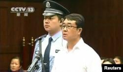 王立军(右)2012年在成都的法庭上