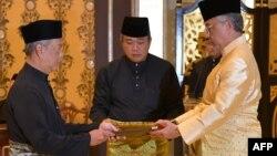 ملائیشیا کے بادشاہ سلطان عبداللہ سلطان احمد شاہ نے 72 سالہ محی الدین یاسین سے وزارتِ عظمیٰ کا حلف لیا۔
