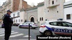 지난 1월 프랑스 잡지사에 무장괴한의 공격이 있은 후 파리 이슬람교 회당 앞에서 경찰이 경계 근무를 서고 있다. (자료사진)