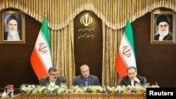 Abbas Araqchi, viceministro iraní de Asuntos Políticos(D), Behrouz Kamalvandi, portavoz de la Organización de Energía Atómica de Irán (I) y el portavoz del gobierno de Irán, Ali Rabiei, en conferencia de prensa en Teherán, Irán, 7 de julio de 2019. Agencia de noticias Tasnim.