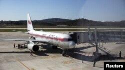 지난해 10월 중국 베이징행 북한 고려항공 여객기가 평양 공항에서 이륙을 준비하고 있다. (자료사진)