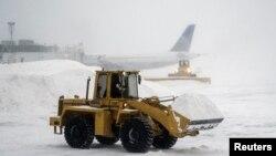 برف روبی در فرودگاه لاگاردیای نیویورک، پنجشنبه ۲ ژانویه ۲۰۱۴