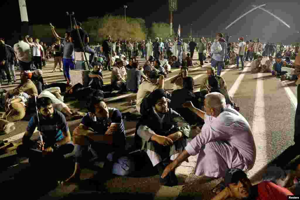 برخی از معترضان نماز شان را آنجا خواندند.
