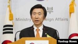 លោក Yun Byung-se រដ្ឋមន្រ្តីការបរទេសកូរ៉េខាងត្បូងថ្លែងពីទណ្ឌកម្មថ្មីរបស់ក្រុមប្រឹក្សាសន្តិសុខអង្គការសហប្រជាជាតិទៅលើប្រទេសកូរ៉េខាងជើង ក្នុងក្រុងសេអ៊ូល កាលពីថ្ងៃទី៣០ ខែវិច្ឆិកា ឆ្នាំ២០១៦។