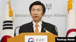 윤병세 한국 외교부 장관이 30일 오후 서울 외교부 청사 브리핑룸에서 북한 안보리 결의 채택 관련 브리핑하고 있다.
