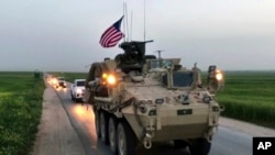 Les forces américaines patrouillent sur les routes près du village Darbasiyah, en Syrie, le 28 avril 2017.