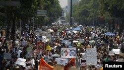 """""""Queremos escuelas, no telenovelas"""" o """"voto informado, no manipulado"""" son algunos de los lemas que gritaban los estudiantes."""