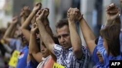 مخالفان چاوز با شعار «خشونت بس است» زنجير انسانی تشکيل دادند