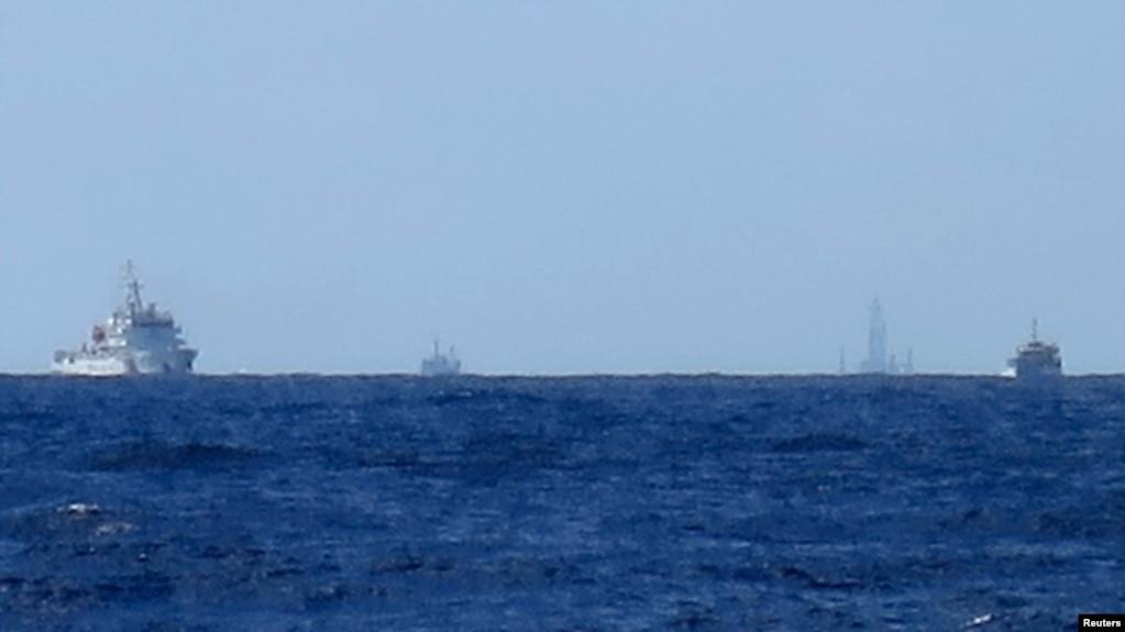 资料照片:中国船只在南中国海守护在中海油的HD-981钻井平台附近。(2014年7月15日)