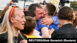 Родственники встречают освобожденных Россией укаринских заключенных в киевском аэролпорту Борисполь. 7 сентября 2019 г.