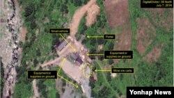 미국의 북한전문매체 '38노스'가 공개한 북한 함경북도 길주군 풍계리 핵실험장의 지난 7일 위성사진. 노란 화살표들 중 맨 위쪽 '입구'를 가리키는 것을 제외한 나머지가 새로 나타난 물체나 활동을 가리키고 있다.