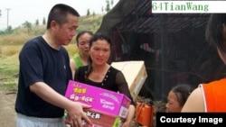 2008年汶川地震後黃琦趕赴災區向災民發放救助(六四天網圖片)