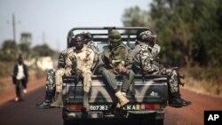 Tentara Mali menuju Markala, Mali (18/1). Pasukan Mali yang didukung Perancis berhasil merebut kembali dua kota yang sebelumnya dikuasai militan.