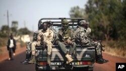 ທະຫານມາລີ ກໍາລັງຂີ່ລົດກັບໄປຍັງເມືອງ Markala ທີ່ຢູ່ຫ່າງຈາກນະຄອນຫລວງ Bamako ໄປທາງພາກເໜືອ , 240 ກິໂລແມັດ (150 ໄມລ໌) ໃນວັນສຸກ ທີ 18 ມັງກອນ 2013 (AP Photo/Thibault Camus)