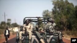 Binh sĩ Mali trên đường đến Markala, cách Bamako 240 kilômét về hướng bắc (18/1/2013).