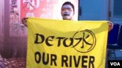 Aktivis Greenpeace menyerukan agar pelaku pencemaran sungai Citarum bertanggungjawab melaksanakan program detox untuk mengurangi limbah kimia yang dibuang di sungai tersebut (VOA/Fatiyah)