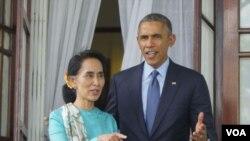 ທ່ານນາງ Aung San Su Kyi ຜູ້ນຳຝ່າຍຄ້ານມຽນມາ ກັບ ປະທານາທິບໍດີສະຫະລັດ ທ່ານ Barack Obama.