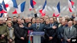 در نظرسنجیهای اخیر، فرانسوا فیون نامزد حزب جمهوریخواه از دو رقیب اصلی خود، مارین لوپن و امانوئل ماکرون، عقب افتاده است.