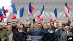 Le candidat François Fillon donne un discours à ses militants à Paris, le 5 mars 2017.