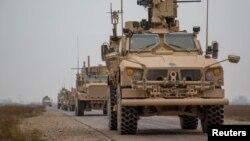 شام کے ایک علاقے سے امریکی فوجی قافلہ گزر رہا ہے۔ (فائل فوٹو)