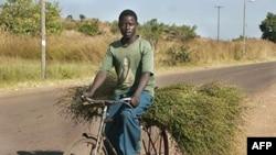 Bicikli u Zambiji pomažu ljudima da stignu do pijaca, koje su previše udaljene od njihovog sela da bi se do njih stiglo peške, i prevezu veću količinu hrane do kuće