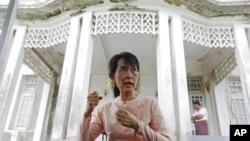 图为缅甸民主活动人士昂山素季7月11日在仰光的家中与记者见面