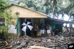 ເຮືອນຫລັງນຶ່ງອ້ອມລ້ອມໄປດ້ວຍ ຊາກເພພັງຈາກເຮີຣິເຄນ Irma ຢູ່ເມືອງ Nagua ເກາະ Dominican Republic..