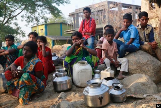 在孟买东北方85公里处的一个地方,人们等待接水(2016年4月12日)